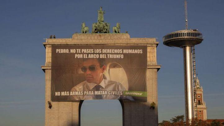 Greenpeace cuelga un meme en Moncloa para concienciar sobre los derechos humanos