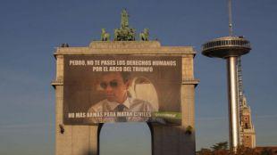 Meme de Greenpeace en el Arco de la Victoria de Moncloa.