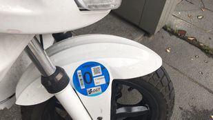 Moto con distintivo ambiental.
