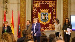 La primera teniente de alcalde del Ayuntamiento de Madrid, Marta Higueras y el tercer teniente de alcalde, Mauricio Valiente han participado en la lectura de la Declaración Universal de los Derechos Humanos. Junto a ellos también han intervenido los portavoces de los partidos de la oposición.