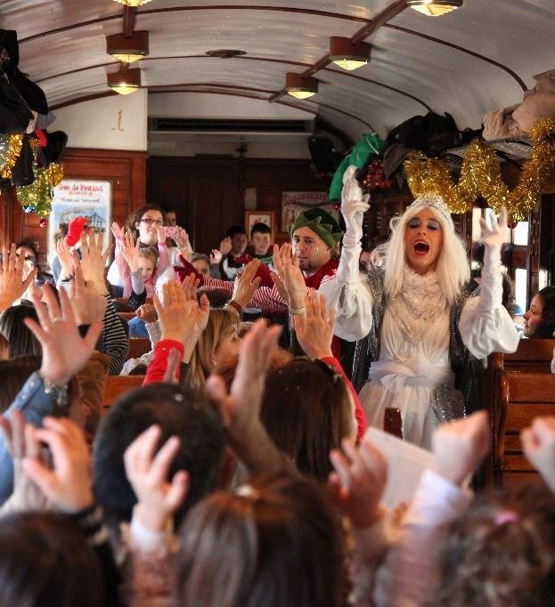 Uno de los vagones del Tren de la Navidad con un espectáculo de animación.