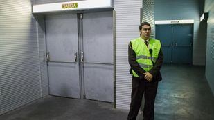 Salidas de emergencia en un pasillo anexo al vomitorio donde se produjo la tragedia.