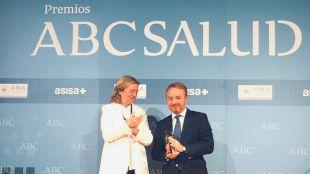 Catalina Luca de Tena entrega el premio a la Fundación del Año al director general de la Fundaciín Mutua Madrileña, Lorenzo Cooklin.