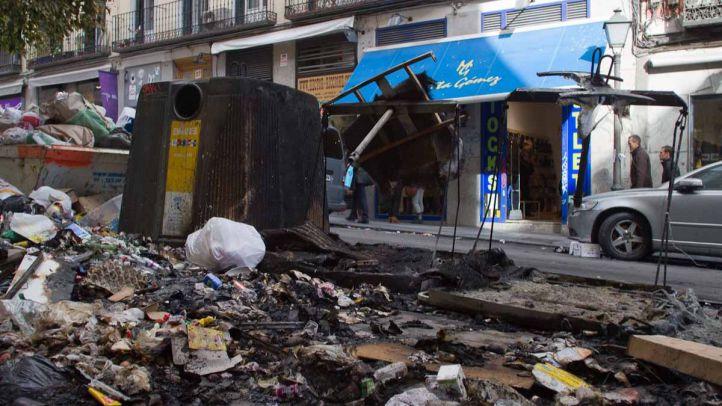Contenedores y basura quemados en la calle Augusto Figueroa por la huelga de limpieza anuario