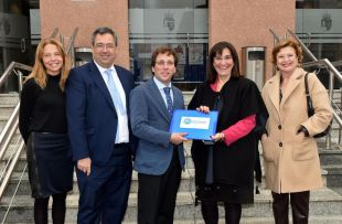 Susana Pérez Quislant entrega a Jose Luís Martínez Almeida miles de firmas conseguidas en Pozuelo contra Madrid Central