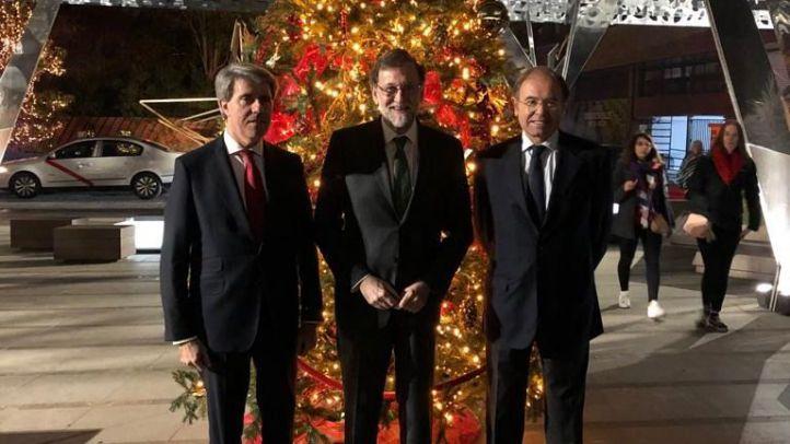 Ángel Garrido, Mariano Rajoy y Pío García Escudero, tras la cena del PP de Salamanca este miércoles.