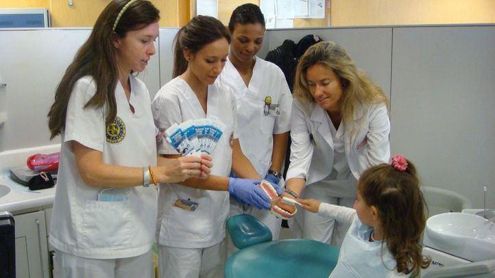 El dentista será gratis para los menores madrileños de hasta 17 años