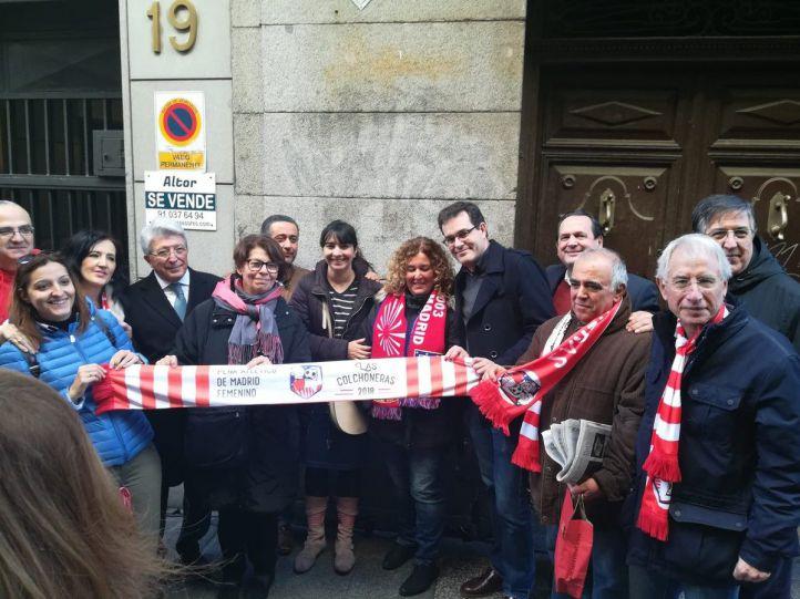 Además de representantes del Ayuntamiento de Madrid y del Atlético, en el acto han estado presentes varias leyendas del club y aficionados.