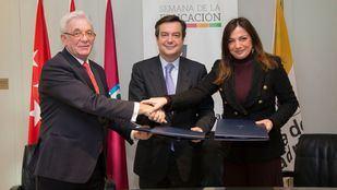 De izquierda a derecha: el Director de la Fundación para el Conocimiento madri+d, Jesús Sánchez Martos; el Director General de IFEMA, Eduardo López-Puertas, y la Gerente de la Fundación, Mª Jesús García-Alarilla.