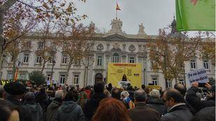 Políticos catalanes se concentran ante el TS para denunciar que