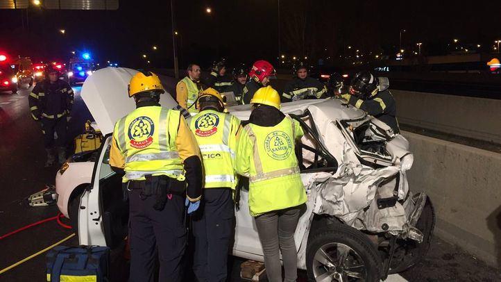 Los bomberos han tenido que excarcelar al conductor y viajera del taxi.