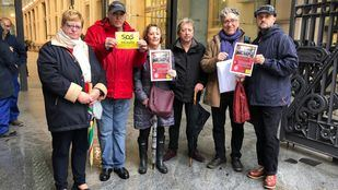 Miembros de SOS Malasaña han acudido al Ayuntamiento para registrar la felicitación.