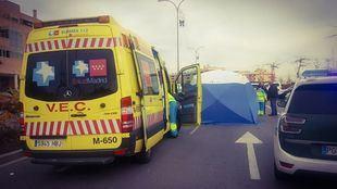 Los servicios de emergencias, cerca del paso de peatones donde la mujer ha sido atropellada.