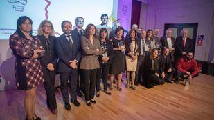 Foto de familia de los galardonados en los III Premios Solidarios Con la EM.