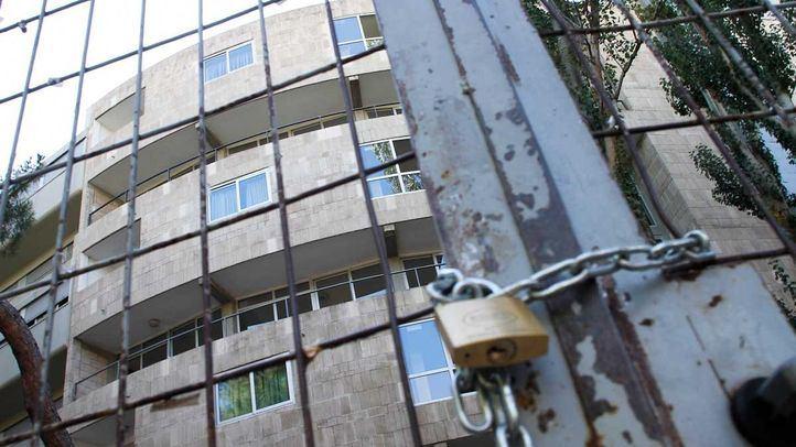 Puertas cerradas y candadas del colegio mayor universitario san Juan Evangelista