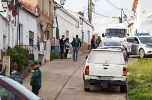 Traslado de la Guardia Civil a la calle donde vivía Laura Luelmo.