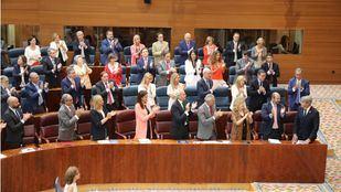 La bancada popular aplaude a Engracia Hidalgo y Ángel Garrido tras aprobar los Presupuestos de 2019.