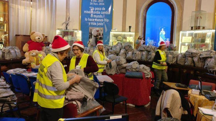 Voluntarias ultiman los preparativos de la Nochebuena en el Museo del Prado.