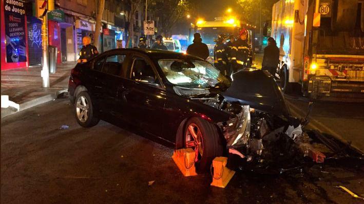 En la colisión han resultado heridas cinco personas: los tres ocupantes del camión de basura y dos de los cinco jóvenes que viajaban en el turismo
