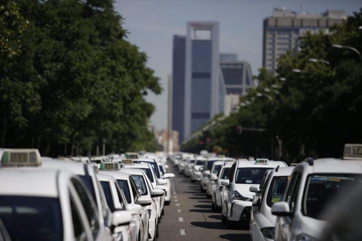 El paro de taxistas colapsa la Castellana.