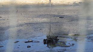 Trabajos de recuperación de la 'laguna del aceite', en Arganda de Rey.