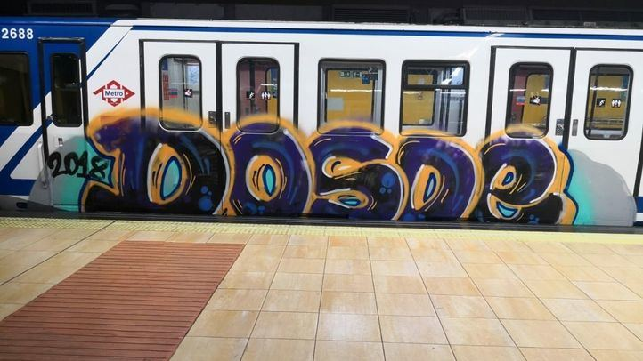 Un grupo de grafiteros pinta dos coches de un tren de Metro de Madrid entre las estaciones de Canal y Cuatro Caminos.