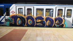 Los grafiteros 'celebran' la Navidad pintando varios trenes