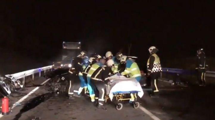 Los servicios de emergencias atienden a los heridos en el accidente.