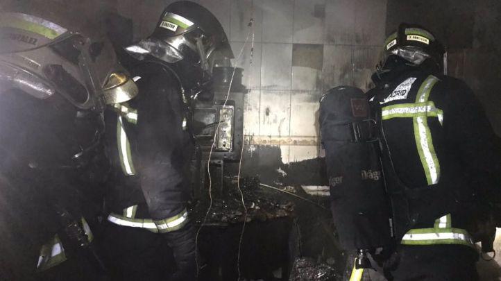 Los bomberos sofocan el fuego en la cocina de la vivienda.