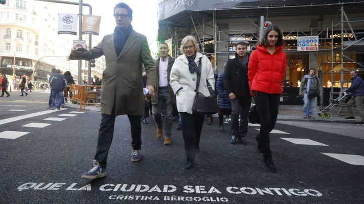 La alcaldesa y parte de su equipo pasearon por Gran Vía el día que se estrenó Madrid Central.