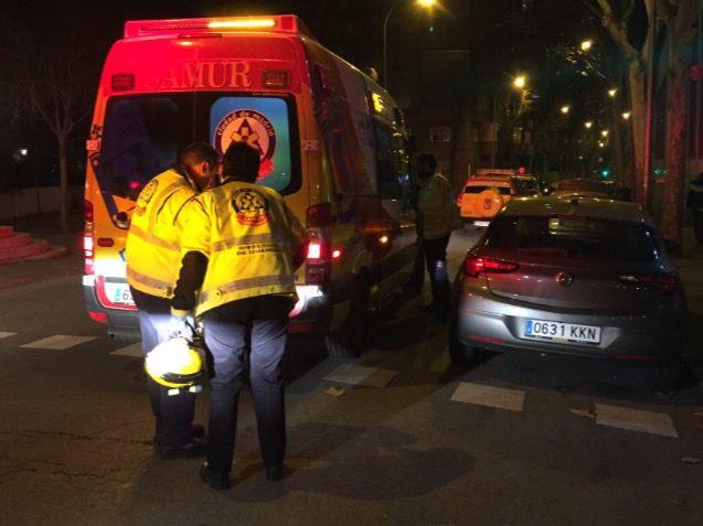 Los servicios de emergencias atienden al menor herido.