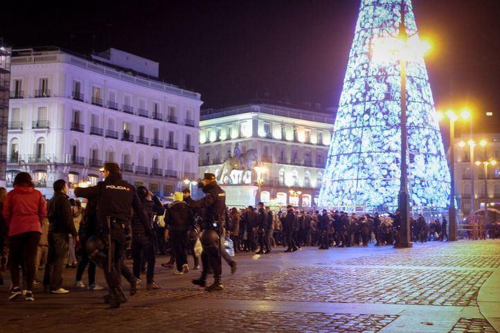Desalojo total de la plaza de la Puerta del Sol antes de las Campanadas. Foto de archivo.