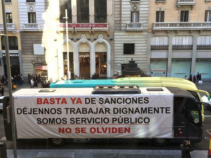 Caravana de autocares en Gran Vía contra Madrid Central