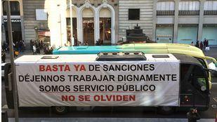 Uno de los autocares de la protesta, con una pancarta reivindicativa.