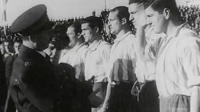 Franco saludando a los jugadores del Atlético Aviación de Madrid antes de un encuentro con la Sección de Arma Aérea Italiana en 1943