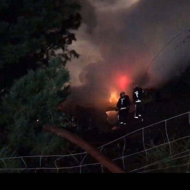Se incendia un camión al caer por un precipicio