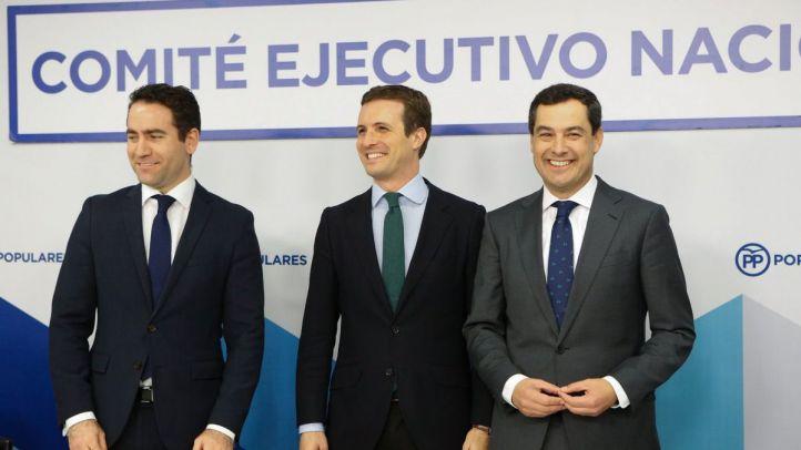 Teodoro García Egea, secretario general del PP, Pablo Casado, líder de la formación, y Juanma Moreno, candidato azul en Andalucía.