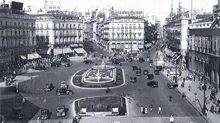 La reforma de Manuel Herrero Palacios en los 50 dispuso una zona verde central y dos fuentes gemelas en la Puerta del Sol