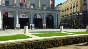 Césped artificial en la plaza de Oriente para soportar el frío del invierno
