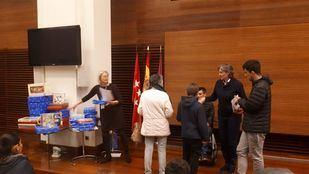 60 niños han recogido sus regalos de Reyes en el Consistorio madrileño.