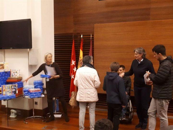 Decenas de niños recogen en el Ayuntamiento los regalos que los Reyes no pudieron dejarles