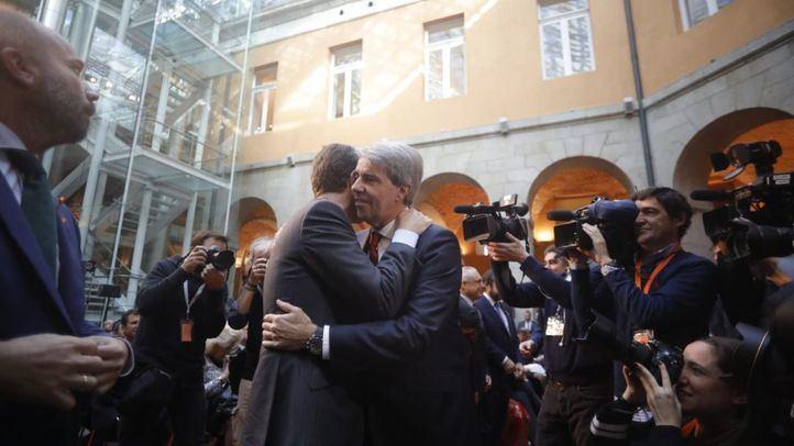 El secretario general del PP, Pablo Casado, saluda al presidente regional, Ángel Garrido