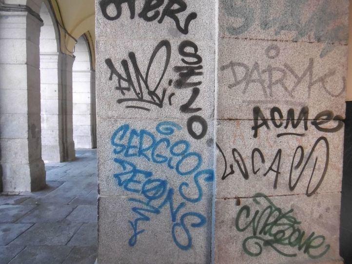 Vandalismo grafitero en la Plaza Mayor