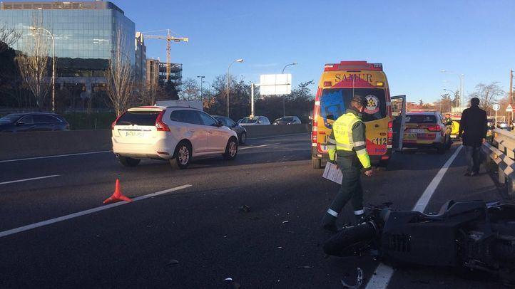 Efectivos del Samur atienden el accidente entre un motorista y un turismo en la A-2