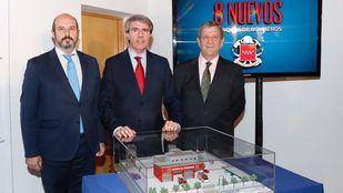 El vicepresidente de la Comunidad, Pedro Rollán; el presidente de la Comunidad, Ángel Garrido; y el alcalde de Villanueva de la Cañada, Luis Manuel Partida, con la maqueta del nuevo parque de bomberos del municipio.