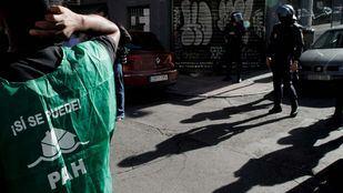 Activistas de la PAH apoyando la paralización un desahucio en Madrid.
