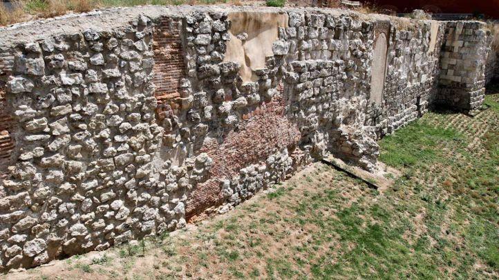 Restos de la muralla árabe en la Cuesta de la Vega.