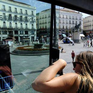 Multada una mujer por bañarse en una fuente de la Puerta del Sol