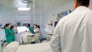 Un médico y varias enfermeras atendiendo a un paciente.