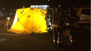Los bomberos tuvieron que rescatar al motorista, atrapado bajo el todoterreno.